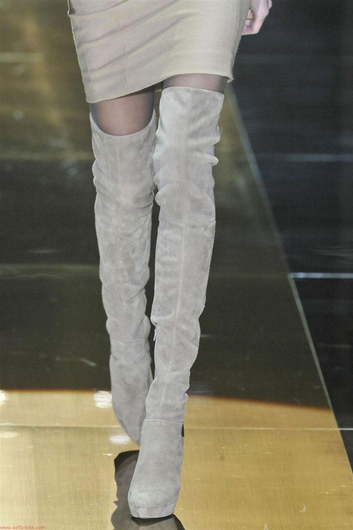С чем носить серые замшевые сапоги