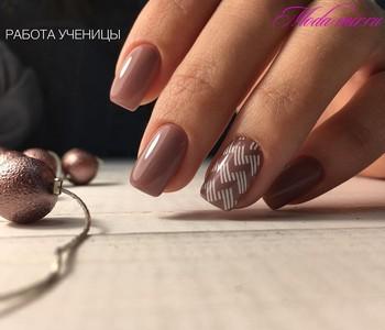 Коричневый маникюр на короткие ногти
